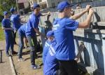 ТОС ЭХЗ покрасил фасад ФМЛ № 174 и обновил спортивный корт.